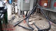 Dây điện, dây cáp viễn thông 'giăng bẫy' người dân trên phố ở Hà Nội