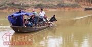 Thót tim níu dây, chèo thuyền đưa học sinh qua sông