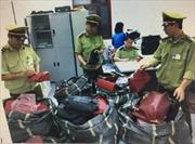 Hàng trăm túi xách, chai đông trùng hạ thảo nhập lậu