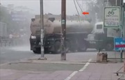 Vướng dây điện, xe bồn bốc cháy ngay cây xăng