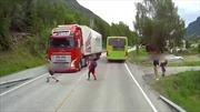 Cậu bé lao qua đầu xe tải mà vẫn thoát chết
