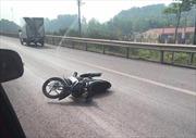 Không chấp hành hiệu lệnh, xe máy rồ ga đâm cảnh sát giao thông nguy kịch