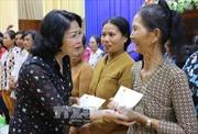 Phó Chủ tịch nước Đặng Thị Ngọc Thịnh thăm, tặng quà học sinh và hộ nghèo ở An Giang