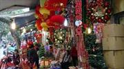 Phố phường Hà Nội rực rỡ sắc màu đồ trang trí Giáng sinh