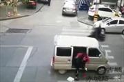 Tội phạm ngang nhiên bắt cóc nữ sinh ngay trên đường đông xe cộ