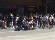 Video hiện trường vụ 'xe điên' lao lên vỉa hè đông người ở Australia
