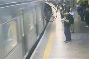 Video kẻ lạ mặt đẩy người phụ nữ vào tàu điện ngầm lao vùn vụt