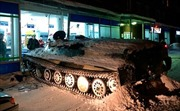Lái xe bọc thép quân đội đến siêu thị để cướp chai rượu