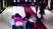 Sản phụ đẻ con rơi ngay hành lang bệnh viện, em bé nằm trong quần mẹ