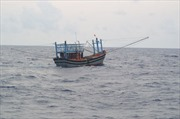 Ngược sóng dữ trên 3m, cứu nạn tàu cá và 10 thuyền viên gặp sự cố trên biển