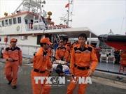 Điều tàu SAR 272 đưa 2 thủy thủ nước ngoài bị nạn trên biển về bờ cấp cứu