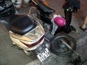 Xe máy gãy đầu sau tai nạn, một cô gái nhập viện