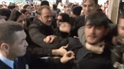 Xem video người hâm mộ đón ngôi sao bóng đá như bạo loạn