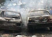 Đốt rác làm cháy rụi 2 ô tô trên đại lộ Nguyễn Văn Linh