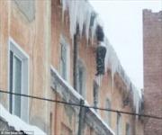Phát hiện xác người đóng băng treo lơ lửng rìa mái nhà