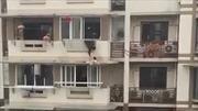 Nín thở xem cảnh giải cứu bé gái 3 tuổi rơi khỏi cửa sổ