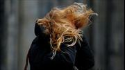 Xem video gió mạnh thổi bay người đi bộ ở Hà Lan