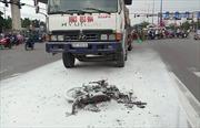 Xe tải kéo lê xe máy trên đường bốc cháy, 2 người thương vong