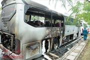 Xe khách bốc cháy dữ dội, 12 người thoát chết