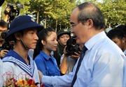 Bí thư Thành ủy TP Hồ Chí Minh tặng hoa, động viên tân binh lên đường nhập ngũ