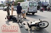 Chở con nhỏ băng qua giao lộ, hai mẹ con bị thương nặng