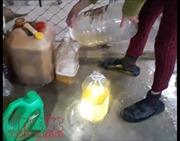 Hà Tĩnh: Kỳ lạ giếng nước đào của nhiều hộ dân chứa đầy dầu hỏa