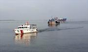 Bắt quả tang nhiều tàu cá mua bán dầu trái phép trên vùng biển Cà Mau