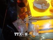 Cảnh sát ập vào quán bar, 'dân chơi' nháo nhào phi tang nhiều gói nghi ma túy