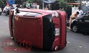 Thiếu niên 17 tuổi điều khiển ô tô gây tai nạn lật nghiêng trên đường