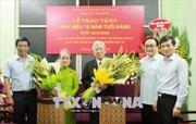 Đồng chí Nguyễn Đình Hương và phu nhân nhận huy hiệu 70 năm tuổi Đảng