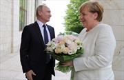 Lý do bó hoa Tổng thống Putin tặng Thủ tướng Merkel khiến truyền thông Đức phàn nàn