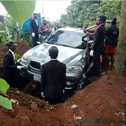 Dùng xe BMW X5 mới coóng làm quan tài chôn cất cha