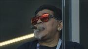 WORLD CUP 2018: Maradona phân biệt chủng tộc, hút xì gà trên khán đài bất chấp lệnh cấm