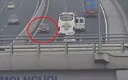 Xe tải ngang nhiên đi ngược chiều trên cao tốc Hà Nội - Hải Phòng