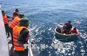 Tàu cá bị thủng đáy, 4 ngư dân lênh đênh thuyền thúng chờ cứu hộ