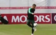 Ronaldo phô diễn kỹ năng siêu sao trên sân tập