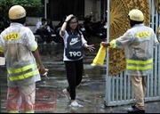 Nhiều thí sinh, phụ huynh bất ngờ khi CSGT phát áo mưa miễn phí