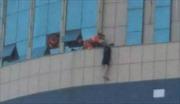 Đám đông máu lạnh cổ vũ nữ sinh bị trầm cảm nhảy lầu tự tử