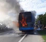 Xe giường nằm bốc cháy trên đường, hành khách hoảng loạn tháo thân