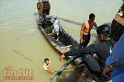 Lặn tìm 2 người mất tích bên trong chiếc sà lan bị chìm dưới sông Sài Gòn