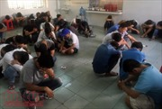 Đột kích quán bar Đông Kinh, gần 200 người được đưa đi kiểm tra ma túy