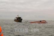 Sóng lớn đánh lật úp tàu cá, 2 ngư dân mất tích