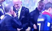 Lên trao giải, một phụ nữ lấy HCV World Cup của tuyển Pháp bỏ túi