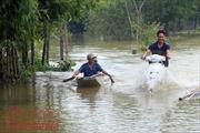 Nhiều xã của huyện Chương Mỹ (Hà Nội) vẫn bị chia cắt do nước ngập sâu
