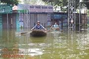 Nước ngập sâu, rác nổi lềnh phềnh, người dân Chương Mỹ dùng thuyền đi lại