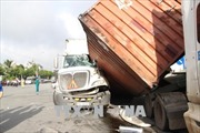 Hai xe container đâm nhau, hàng chục khối gỗ đổ ra đường