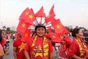 Cổ động viên nghĩ ra đủ kiểu hóa trang 'không tin được' để cổ vũ tuyển Việt Nam