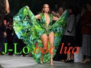 Jennifer Lopez trở lại 'bốc lửa' trong show Versace