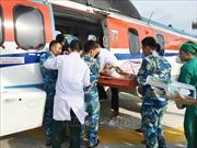 Trực thăng Binh đoàn 18 đưa ngư dân từ đảo Trường Sa Lớn vào đất liền cứu chữa