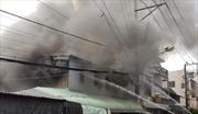 Cháy lớn thiêu rụi kho xưởng sản xuất nhựa, lan sang khu dân cư